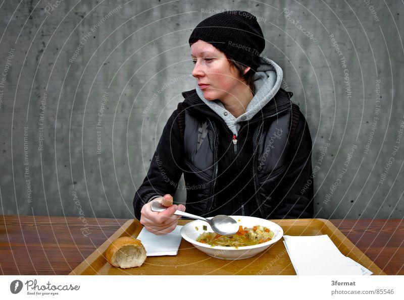 mensa Ekel Studium Student Tisch Teller Esslöffel Suppenteller Tablett Frau Mütze Weste Kapuze kalt unaufmerksam grau Wand lecker Besucher Speisesaal herzlos