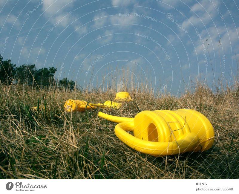 was übrigblieb. liegen gelb Kannen Wiese Gras himmelblau Müdigkeit Halm Gießkanne Himmel Wolken Grünfläche Kunststoff grün Waldlichtung Waldwiese Frühling