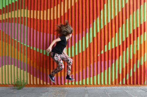 Jump! Kind Jugendliche Stadt Mädchen Freude Leben Graffiti Bewegung Sport Stil Haare & Frisuren Feste & Feiern springen Mode Party Körper