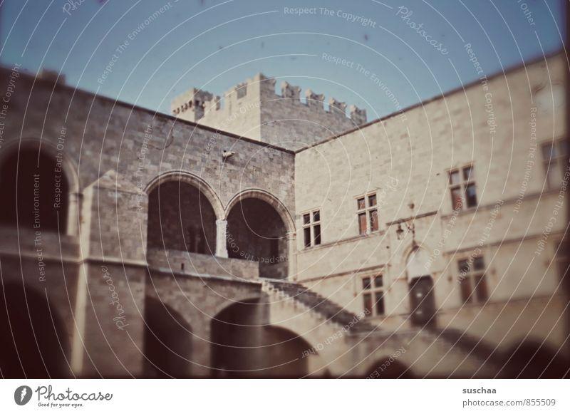 irgendwo .. irgendwann Himmel Menschenleer Haus Bauwerk Gebäude Architektur Mauer Wand Treppe Fassade Stein Beton alt historisch Altertum Autofenster Bogen
