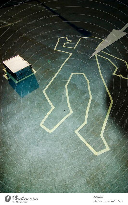 TATORT - KOFFER II grün Straße hell liegen Körperhaltung Dinge Spuren Pfeil zeichnen zeigen Koffer Gesetze und Verordnungen Leiche Kriminalität winken Mord