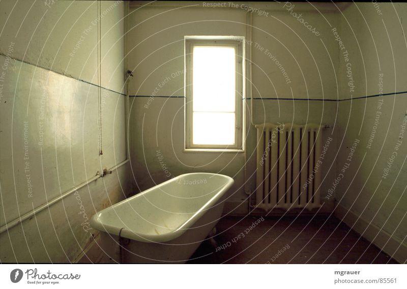 Hotel Languard 01 Fenster Bad verfallen Badewanne quer Farblosigkeit