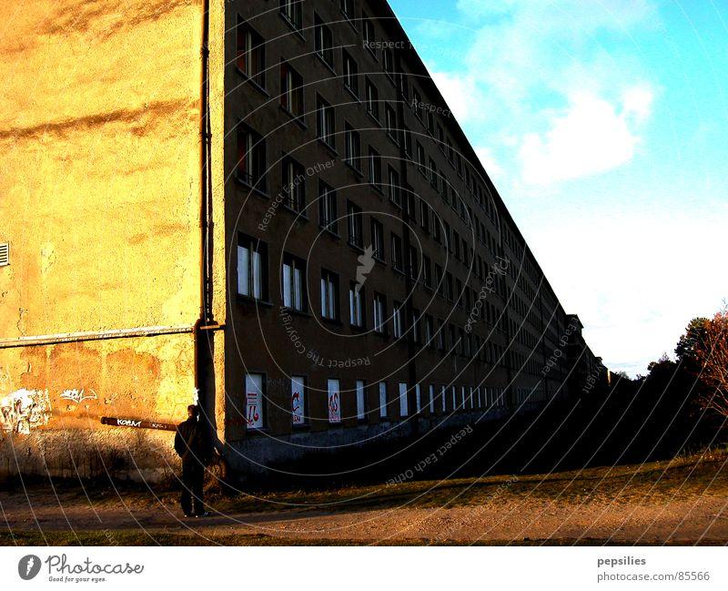 Koloss von Prora Himmel Wand Mauer Architektur kaputt Baustelle verfallen historisch Rügen Betonklotz