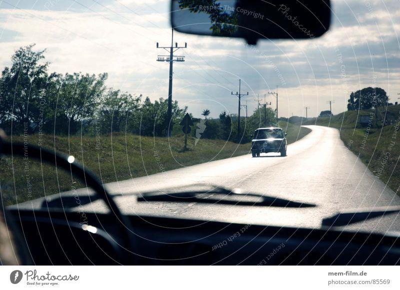 autofahrt Beifahrer Sommer Autofahren Kilometer Gegenlicht Kuba Lenkrad Umgebung Umwelt Lichtstimmung Scheibenwischer Windschutzscheibe Fahrer Gegenverkehr