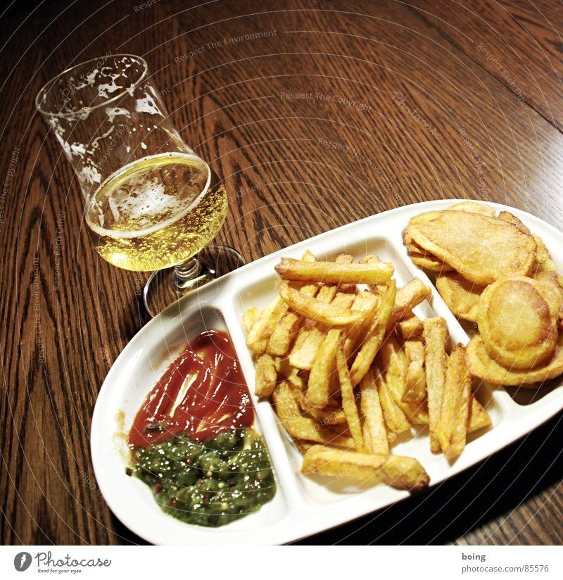 goldgelb™ neulich in der Baumhaus Mensa A2 Kartoffelchips Imbiss Humpen Pommes frites Beilage Mahlzeit Bier Ketchup Portion Fett heiß Gischt Speisesaal antörnen