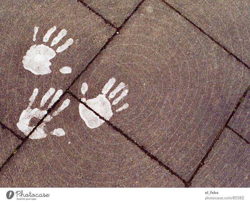 dreibein Hand weiß Farbe Kunst Beton Finger Kindheit Bordsteinkante Bodenplatten Siegburg