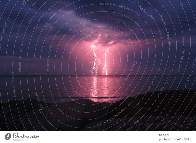 Ostseeblitze Natur Luft Wasser Himmel Gewitterwolken Nachthimmel Horizont Klima Wetter Unwetter Blitze Felsen Küste Meer außergewöhnlich bedrohlich blau grau