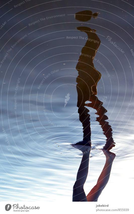 Nicht den Kopf verlieren Beine Fuß 1 Mensch Wasser Leichtigkeit Wasseroberfläche Wasserspiegelung Reflexion & Spiegelung Silhouette Schweben kopflos Farbfoto