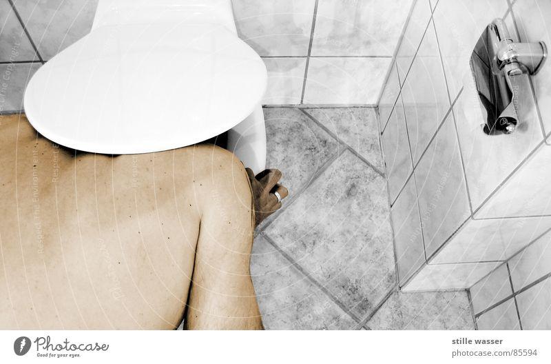 SIE LEBEN NOCH IMMER Körper trinken Toilette verstecken trashig Durst Ekel Frustration Gully absurd