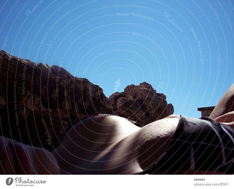 Felsen und Hügel Frau Himmel blau Sommer Felsen Brust Bikini Bekleidung