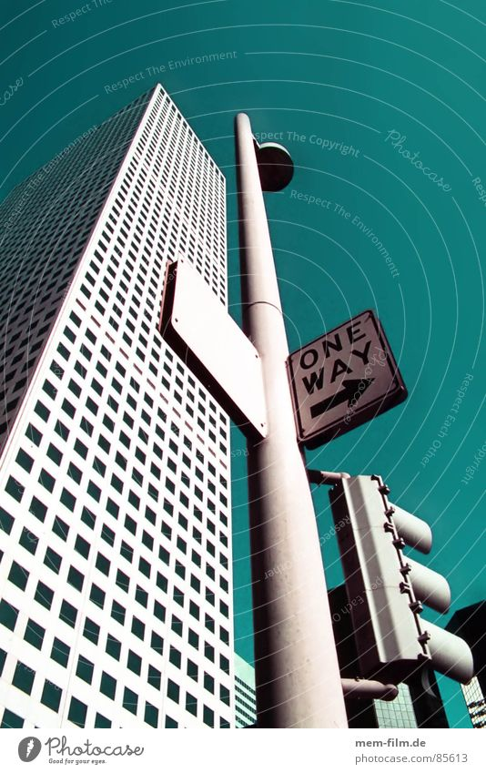 one way... up Einbahnstraße Verkehr Verkehrsschild Hinweisschild Haus Hochhaus Gebäude Fenster New York City Verkehrszeichen USA Straße Schilder & Markierungen