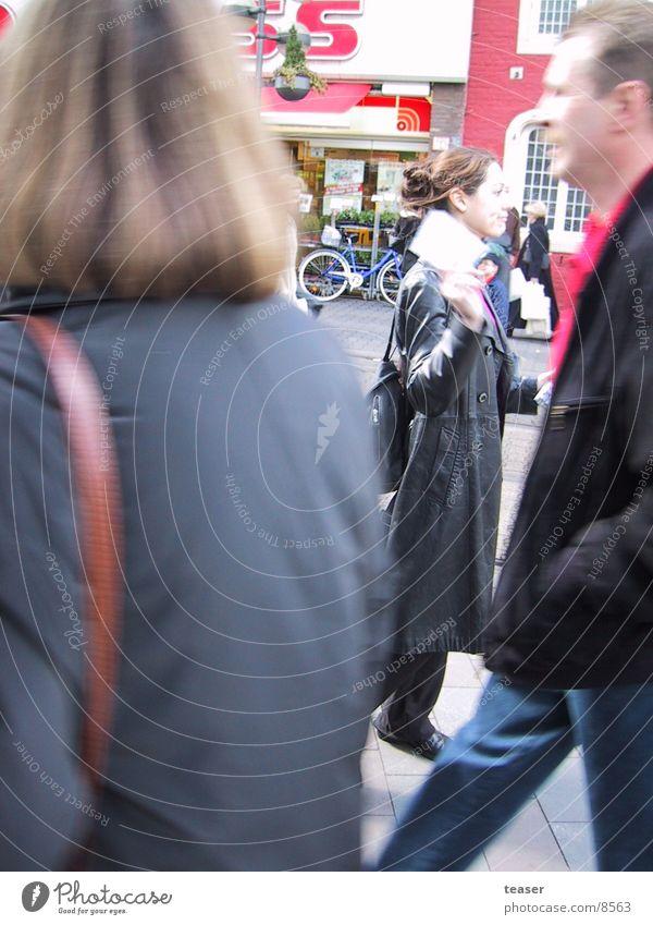 Zettelverteilerin Stadt Handzettel Unschärfe Mensch verteilen