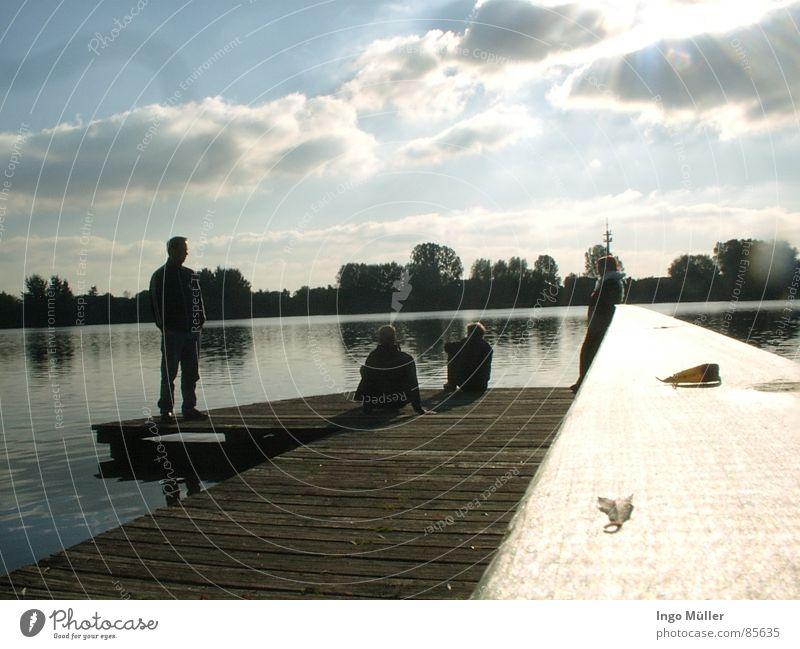 Steg am See Bremervörde Bremen Bremerhaven Spiegel Spiegelbild Holz Frau Horizont ruhig glänzend Mensch Junger Mann schimmern blitzen Meeresspiegel