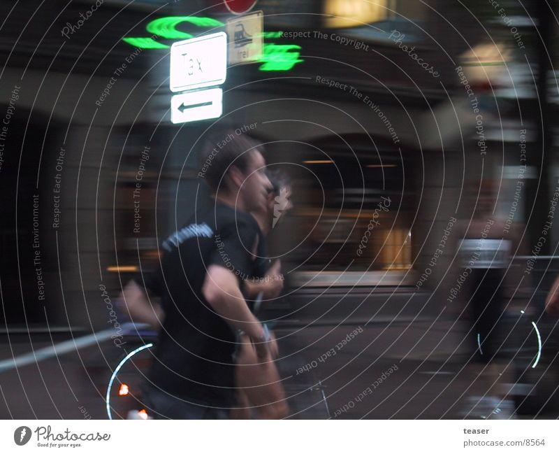 too fast to catch Nacht Unschärfe Mensch Läufer Bewegung Lichterscheinung