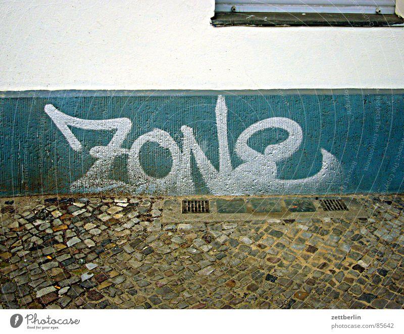ZONE Haus Wand Graffiti Deutschland Fußweg Bürgersteig Straßenbelag Kopfsteinpflaster obskur DDR Justizvollzugsanstalt Keller Zone Haftstrafe Wandmalereien