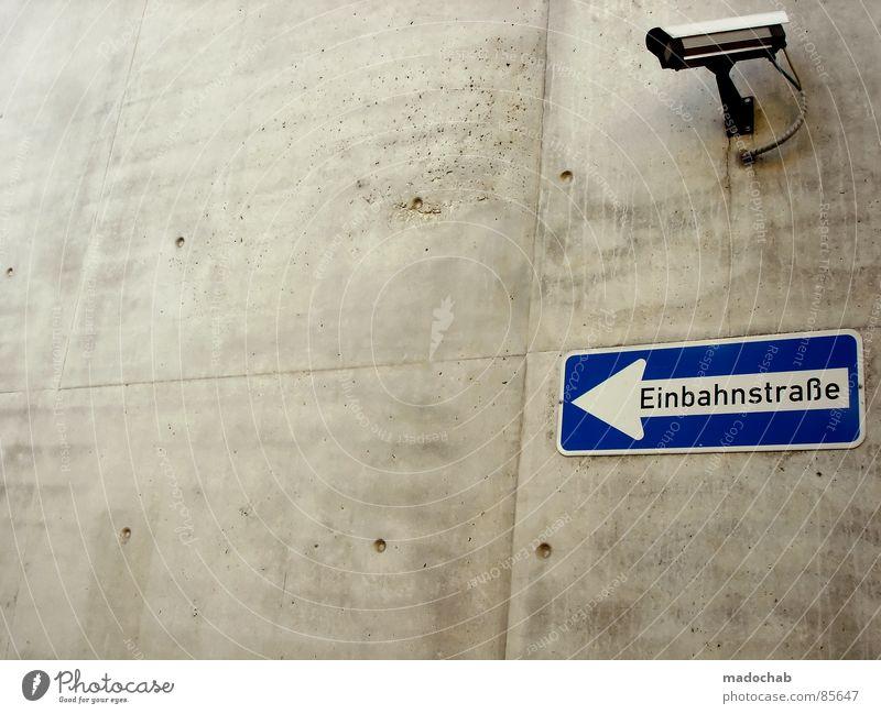 PARANOIA Straße Wand Stein Traurigkeit Erde offen gold Angst Schilder & Markierungen Verkehr modern Perspektive neu Bodenbelag Hinweisschild Sicherheit