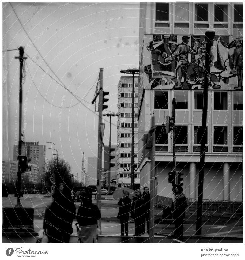 avenue Mensch Regen Eis Frost Straßenverkehr Ampel Regenschirm frisch kalt nass grau Kapitalismus Osten Sozialismus Laterne Mosaik Deutschland