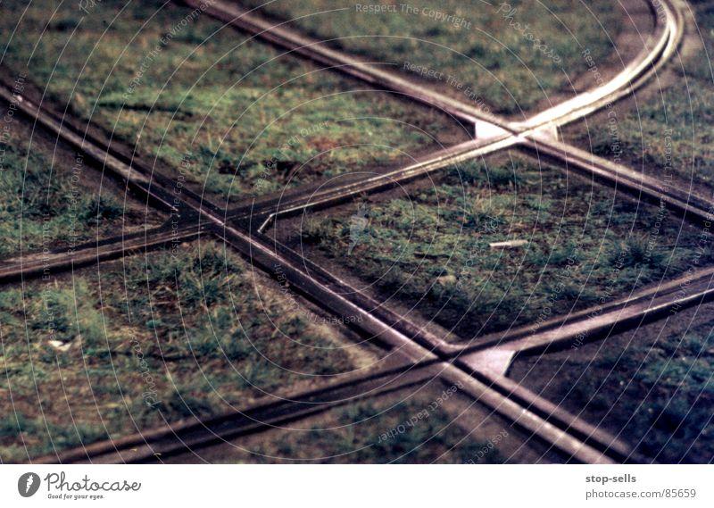 Treffpunkt Schnittstelle kreuzen gehen Gras Gleise Straßenbahn Muster Rechteck Geometrie Richtung Verschiedenheit begegnen Biegung zusammenstoßen Parallelogramm
