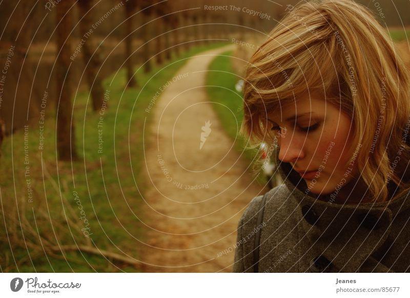 enttäuscht Frau rot Einsamkeit gelb Ferne Wald Herbst Wiese Freiheit Traurigkeit Wege & Pfade Luft braun Feld blond Wind