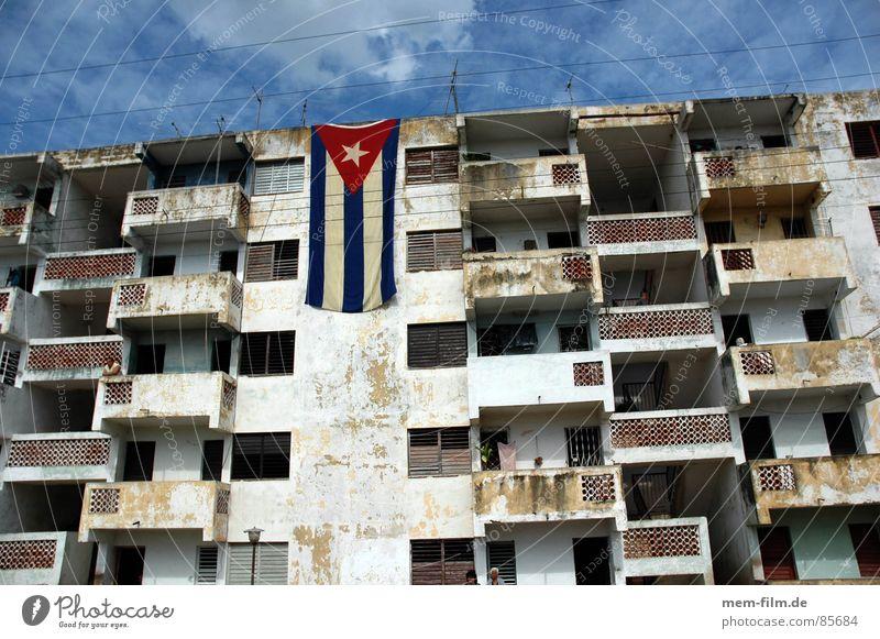 cuban pride Kuba Havanna Hochhaus Haus Gebäude Fahne Himmel Stadt Raum grün Dritte Welt verfallen Vergänglichkeit castro che guevara flag building sky rooms