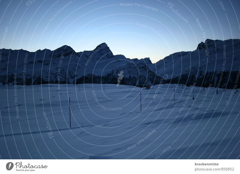 Winterschlaf Himmel Natur blau Einsamkeit Landschaft ruhig kalt Umwelt Berge u. Gebirge Schnee Felsen Tourismus leuchten Gipfel Hügel