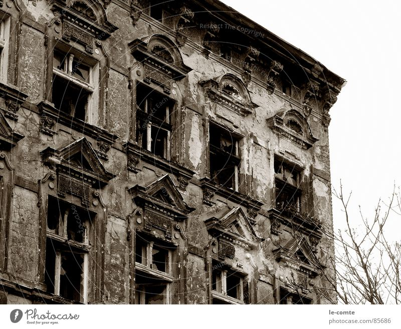 vergangen Haus verfallen ausgebrannt alt Berlin unsaniert schäbig Einsamkeit