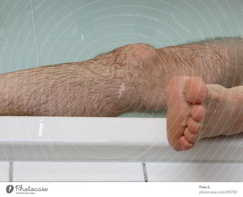 Bein Badewanne Zehen verschrumpelt Mann Menschenaffen abgelegen Physik feucht nass Knie Erholung unrasiert Freizeit & Hobby Freude Schwimmen & Baden Beine