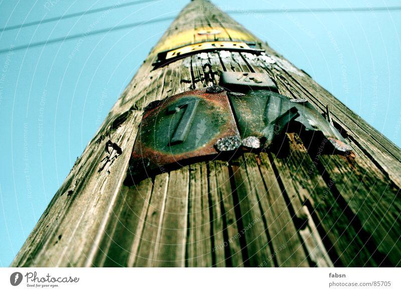 """HOLZ: """"GEHT NICH, ICH ARBEITE!"""" Himmel Sommer Farbe gelb Tod Holz Lampe Energiewirtschaft Schilder & Markierungen Schriftzeichen Elektrizität Perspektive"""