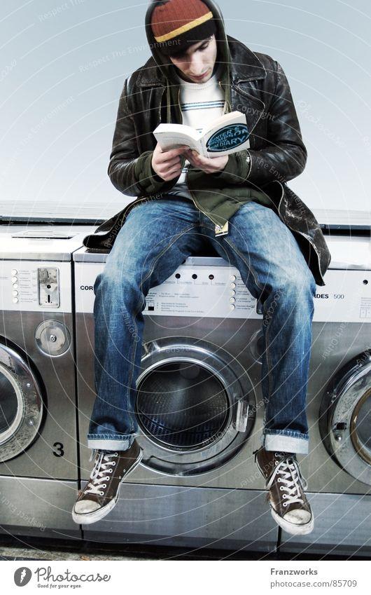 Philosophic Vibrations Jugendliche Zufriedenheit sitzen warten Buch lesen Medien Sauberkeit Mensch Mütze Trennung Printmedien Chucks Wäsche waschen Wäsche lässig