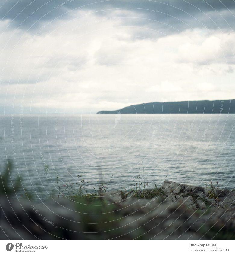 trüber tag am meer Landschaft Urelemente Wolken schlechtes Wetter Gras Felsen Küste Meer Adria Insel Crès Istrien Kroatien dunkel Ferne Unendlichkeit Idylle