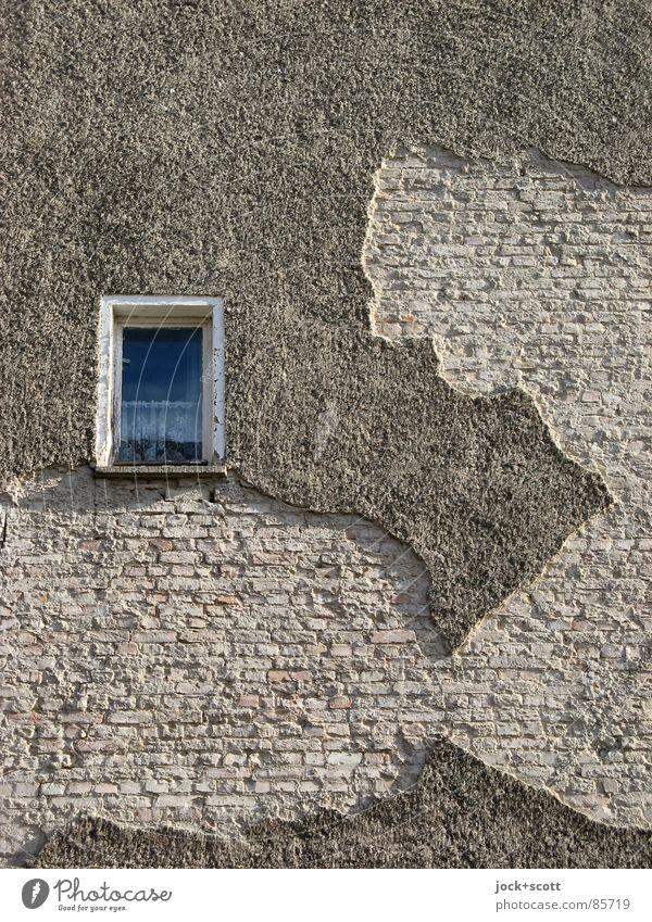 Angesicht, oder Italien an der Hauswand Fenster lustig träumen Fassade kaputt Vergänglichkeit Wandel & Veränderung Verfall Backstein Fernweh skurril Gardine