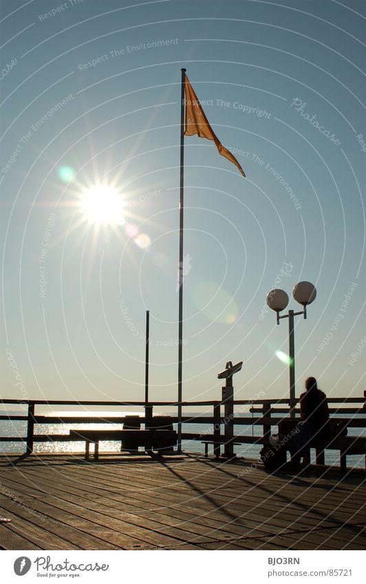 die achtelnote aka. punktlandung (jetzt in farbe) See Tilt-Shift Anlegestelle Fahne Stab Laterne Hochformat Steg Schiffsplanken Strahlung blenden Meer Fernglas