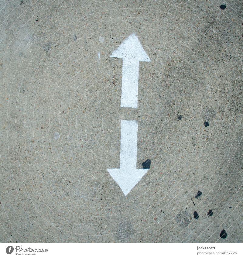 converse Beton Pfeil dreckig einfach grau Ordnung Symmetrie Irritation richtungweisend Gegenteil unten Richtungswechsel Oberfläche Entscheidung Detailaufnahme
