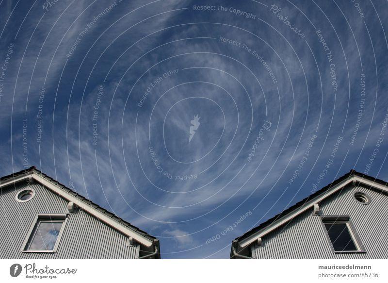 Vom Winde verweht... Fenster rund Dach grau schwarz Haus Schliere Jalousie Wolken Fensterbrett Dachschräge lichtvoll Architektur Himmel Dachspitze Glas window