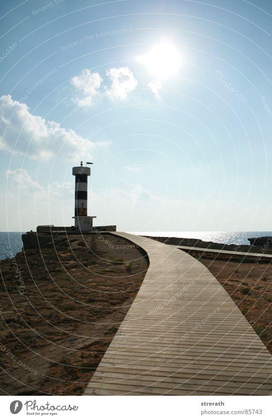 LandsEnd Lampe Licht Gegenlicht Ferne Fernweh Leuchtturm Küste Einsamkeit Menschenleer ruhig Physik Aussicht Sicherheit Meer Vertrauen Holzweg Sonne Wegweiser