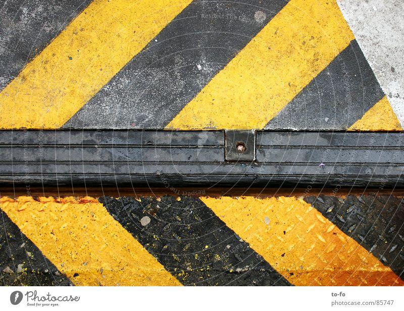 richtungsweisend gegeneinander Anlegestelle Richtung gefährlich gelb gestreift Venedig graphisch Industrie Warnhinweis Warnschild Vorsicht bedrohlich Pfeil
