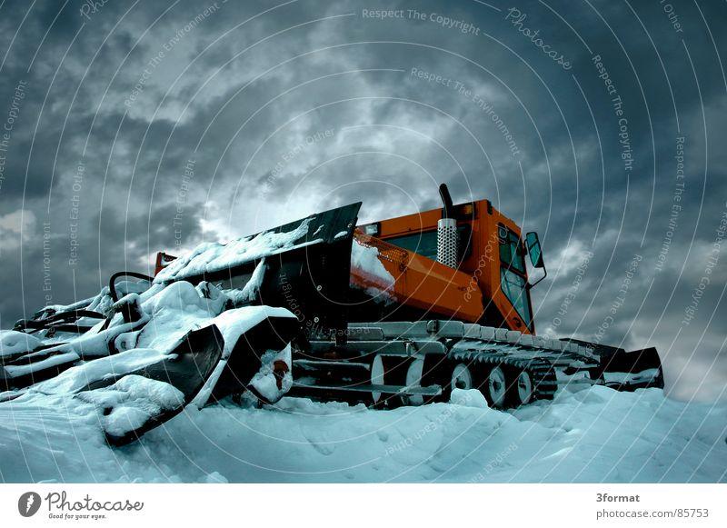 pistenraupe ruhig Winter kalt Berge u. Gebirge Schnee Eis Kraft Baustelle Macht Gewalt Fahrzeug bewegungslos Surrealismus Kette Skigebiet