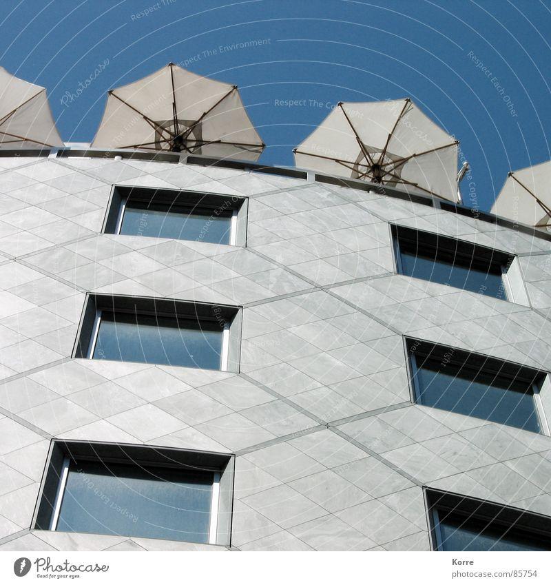 Sommer auf dem Dach Himmel Stadt Fenster Hochhaus Fassade Europa modern Quadrat Sonnenschirm Fensterscheibe Österreich Wien Dachterrasse Dachgarten