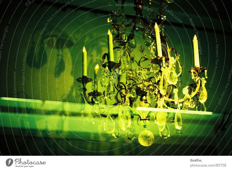 Edles Gehänge Kronleuchter Leuchter grün Licht Kerze Schaufenster Fenster Nacht Ladengeschäft glänzend Schatten Glühbirne blitzen Lomografie Kristallstrukturen
