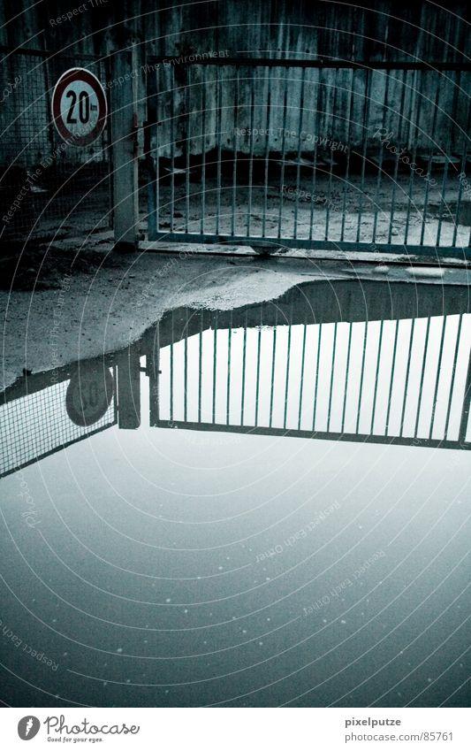 wie im himmel so auf erden Wasser Straße kalt Wand Mauer Wege & Pfade See Metall nass Schilder & Markierungen verrückt geschlossen Industrie Sicherheit gefährlich trist