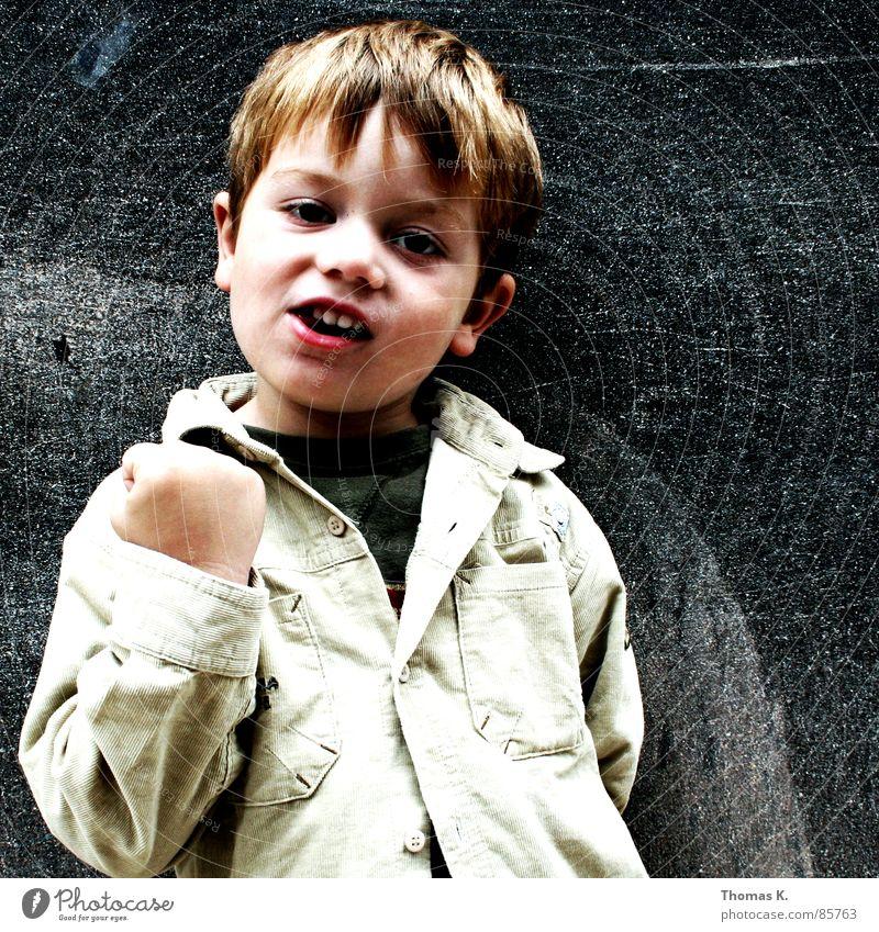 Schluss. (mit Lustig.) Kind drohen Warnung Faust niedlich Wand schön Warnhinweis Kleinkind umgänglich Boxkampf charmant Warnsignal fein Schlag Junge