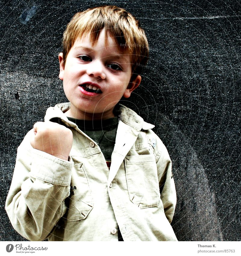 Schluss. (mit Lustig.) Mensch Kind schön Gesicht Wand Junge Kopf Haare & Frisuren süß bedrohlich niedlich Freundlichkeit Kleinkind Boxsport Lautsprecher