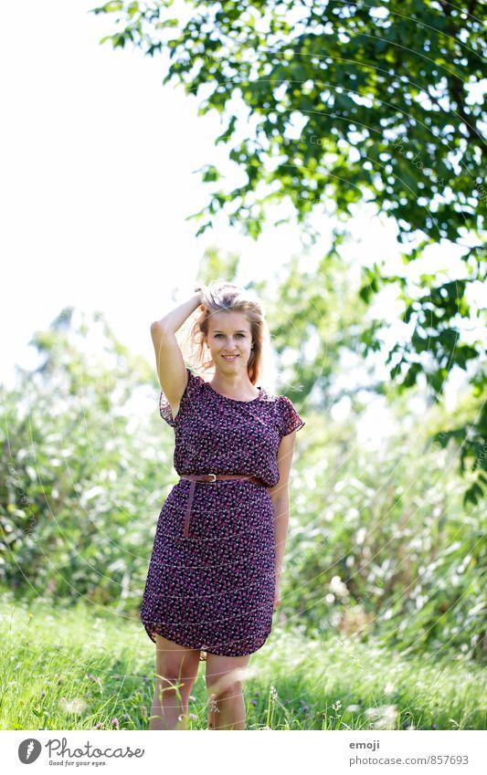 damals feminin Junge Frau Jugendliche 1 Mensch 18-30 Jahre Erwachsene Umwelt Natur Landschaft Sommer Schönes Wetter Wiese Kleid Fröhlichkeit natürlich grün
