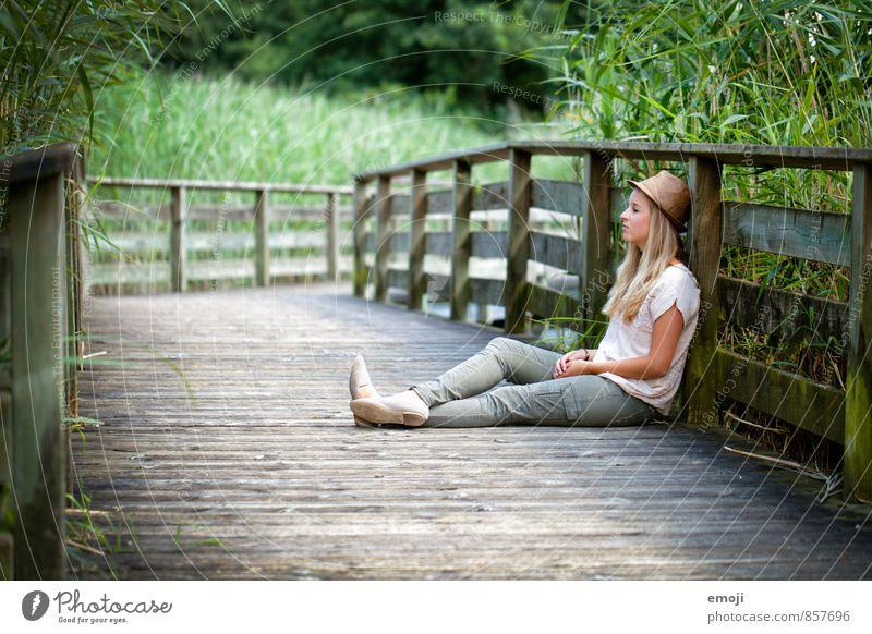 Zwischen.Halt. feminin Junge Frau Jugendliche 1 Mensch 18-30 Jahre Erwachsene Umwelt Natur schön natürlich grün sitzen Holzweg Pause Erholung Freizeit & Hobby