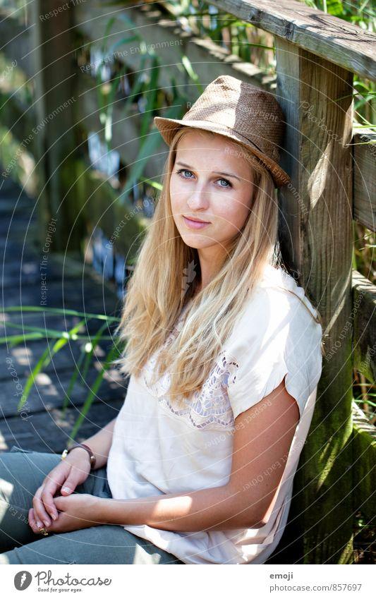 hallo! feminin Junge Frau Jugendliche 1 Mensch 18-30 Jahre Erwachsene Hut Freundlichkeit Fröhlichkeit schön natürlich positiv Sommer Schönes Wetter Farbfoto