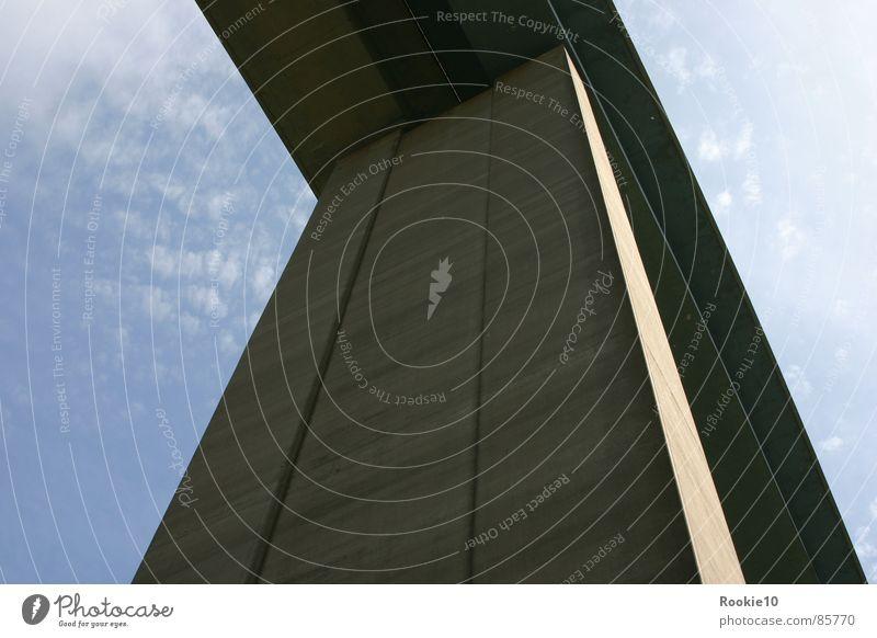 Störer Himmel groß Brücke Macht außergewöhnlich Skulptur stagnierend Übergang massiv gigantisch Schutzdach Ungeheuer Brückenpfeiler Kommandostand