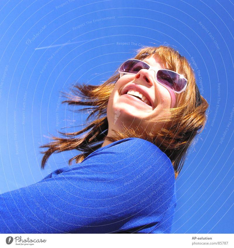 himmelblau Frau Jugendliche Himmel Sommer Freude Gefühle Stil Frühling lachen Flugzeug violett grinsen Sonnenbad diagonal Sonnenbrille Wohlgefühl