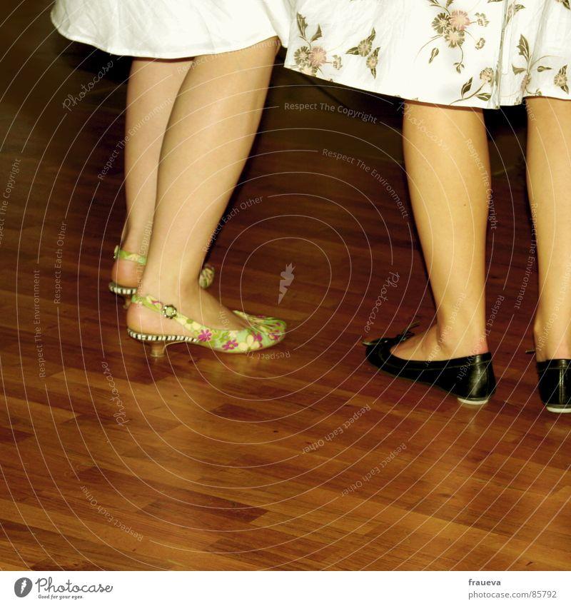 ein tänzchen? Mensch Frau sprechen Party Beine Fuß Feste & Feiern Schuhe stehen Bekleidung Kleid Ball Gastronomie Rock Konzert eng