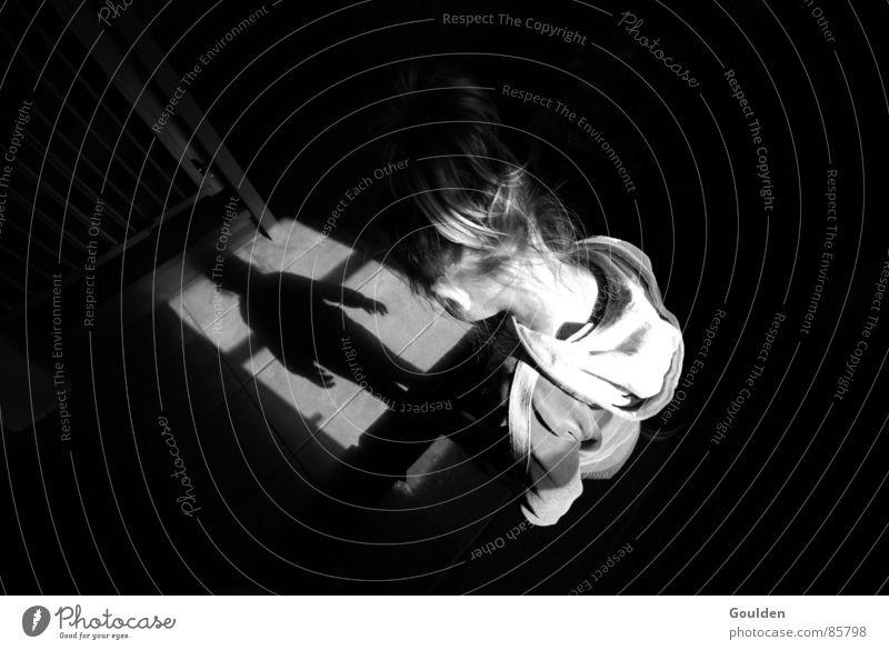 dämon Kind schwarz Licht Wahrheit Vergangenheit Waise verdunkeln Lichteinfall Schattendasein Angst Panik Schwarzweißfoto Bild Stöpsel kleines kind