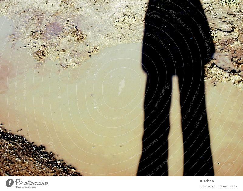 schlag(hosen)schatten .. Schlagschatten Schlaghose Pfütze Fußweg nass Schatten verdunkeln wasserdicht Schattendasein Wasser knatsch giftsülze matschloch Beine